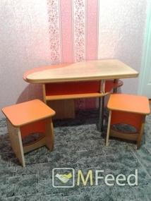 Журнальный стол и два стула